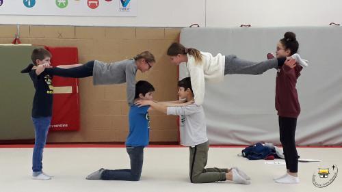 Des acrobates chez les Cm2